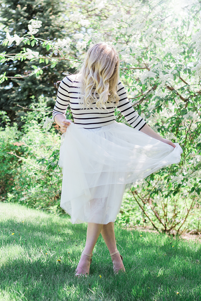 Outfit inspiration: Trench coat with white tulle midi skirt
