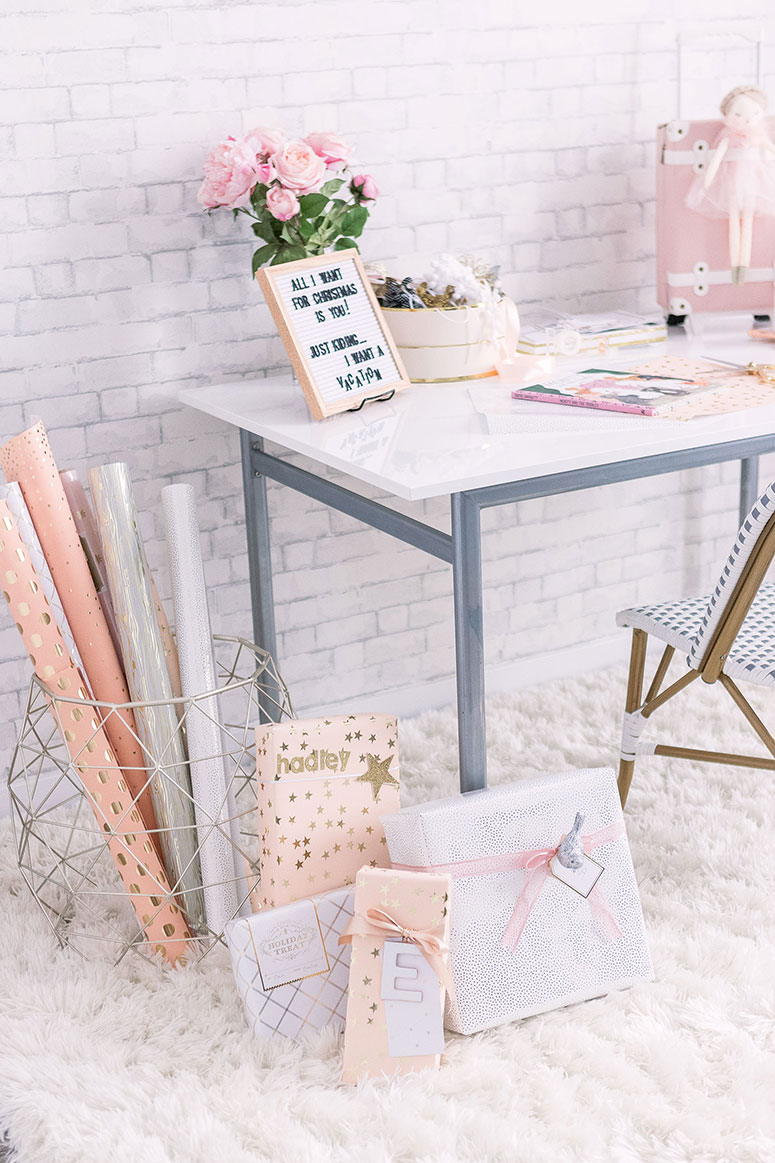 Holiday gift wrapping station inspiration: How to diy a Christmas wrapping station in your home #Christmasdecor #HolidayHome